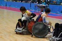 巧みな車いすさばきで米国代表を翻弄する日本のエース池崎大輔選手(38、左)