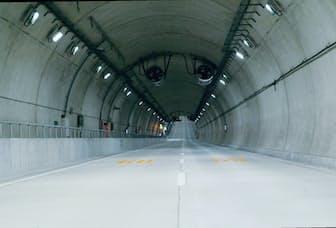 写真1 国道357号の東京港トンネルは3月26日に、西行きの海側トンネルが開通した。首都高湾岸線の既存トンネルと並行したシールドトンネルは内径11メートル、道路幅員は8.75メートル。(写真:日経コンストラクション)