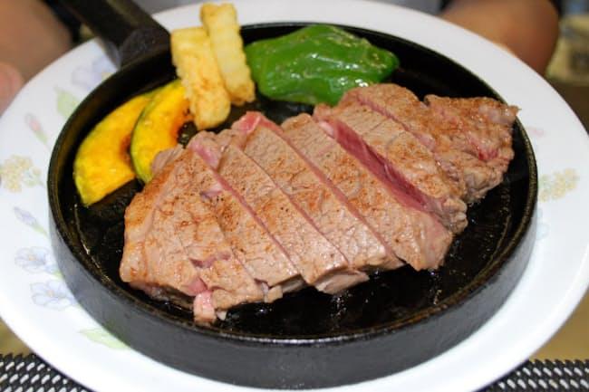 はこだて和牛は赤身肉のうまみが特長だ。ステーキは食感が柔らかい(函館市のお肉のつしま)