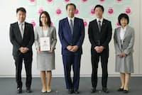 2016年4月に埼玉労働局で開催されたえるぼし認定の通知書交付式に出席した曙ブレーキ工業の人事部担当課長(左端)ほか(曙ブレーキ工業提供)