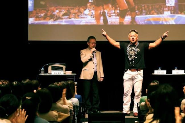 来場者の拍手と声援を受けて、真壁刀義さんが登壇。