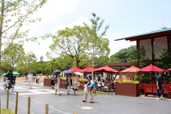 天王寺公園(大阪市)の「てんしば」には商業施設が立ち並び、多くの人が訪れるようになった