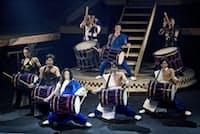 和太鼓だけでなくテンポの良いダンスや素早い場面転換、斬新な衣装で観客を飽きさせない。笛や三味線、琴も使い緩急をつける。