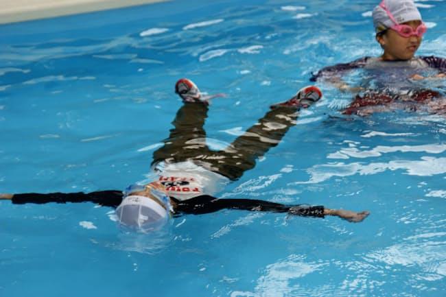 背浮きの訓練をする小学生(東京海洋大学の田村准教授提供)