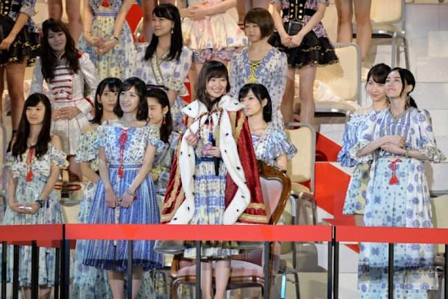 選抜総選挙で1位となった、指原莉乃(中央)ら(写真、武藤邦雄)