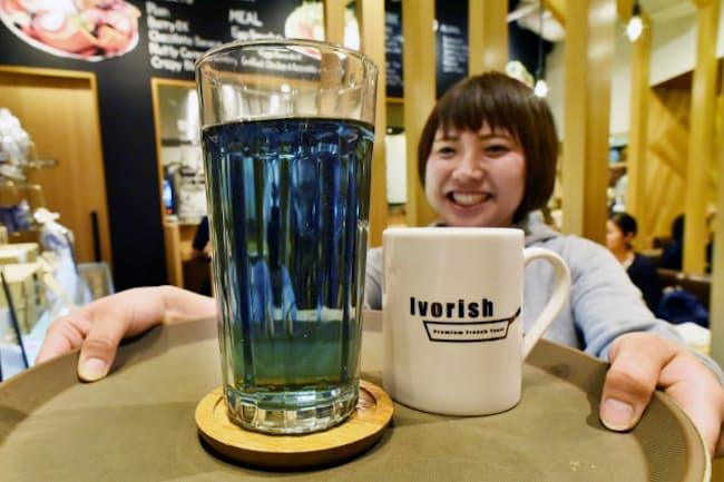藍と8種類のハーブがブレンドされた「青のハーブティー」(東京都渋谷区のIvorish渋谷)