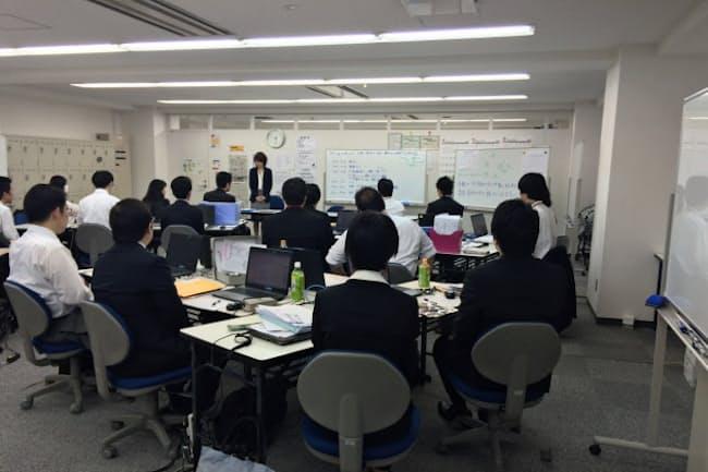 「東京しごと塾」ではグループ討論などを通じて仕事への自信を醸成する(東京都新宿区)