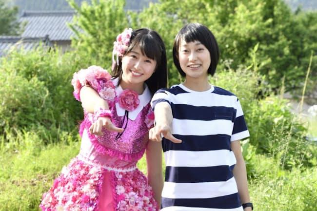 ももクロの佐々木彩夏さん(左)と嶋田希望さん。自然あふれる河和田地区で