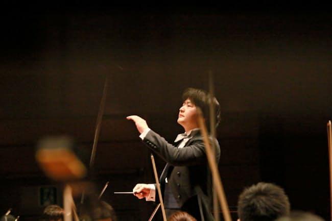 今年3月26日、東京・渋谷のBunkamuraオーチャードホールで日本フィルとマーラーの「交響曲第6番《悲劇的》」を演奏する山田和樹(撮影=山口敦、写真提供=Bunkamura)