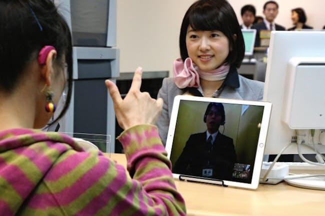 全日本空輸は空港カウンターに遠隔での手話通訳サービスを導入した