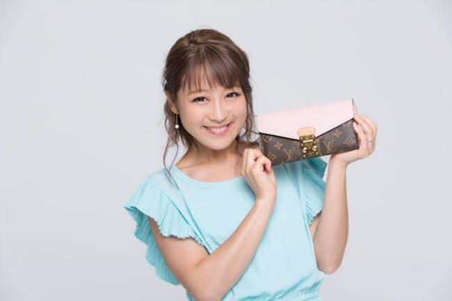 ご両親から誕生日プレゼントにもらったというピンクの財布。イニシャルも入っている