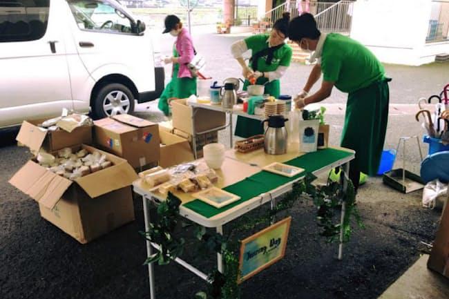被災地で手作りジュースをつくる防災ガールのメンバー(熊本県益城町)