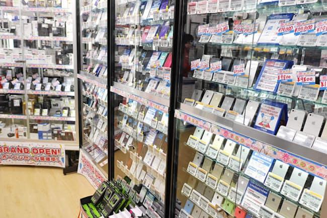 中古ショップで売られる中古スマホは、多くの格安SIMで使えるNTTドコモ版が一番人気だったが、近ごろau版の人気が急上昇している