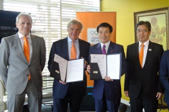 合意書を交わす森田知事(右から2人目)とオランダ五輪委員会のボルハウス会長(同3人目)ら