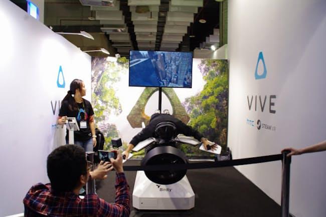 HTCのブース。可動式マシンとVRヘッドセットを組み合わせることで、より臨場感の高いVRを実現していた