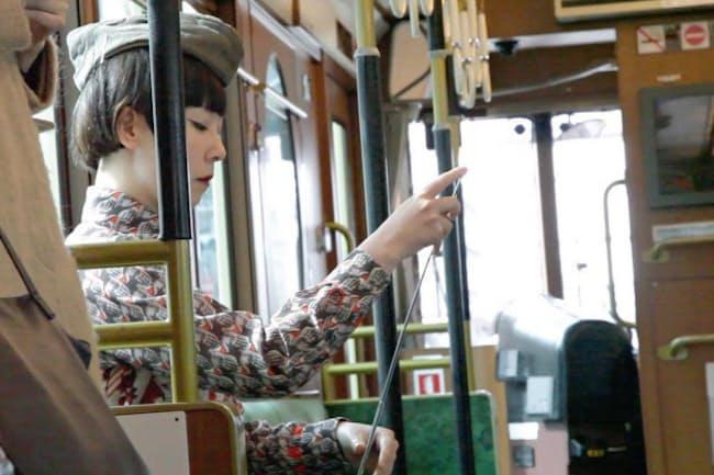 都電荒川線の車両内で電子音を使った音楽を披露する山根明季子(今年2月)