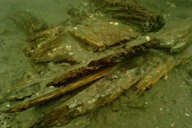 鷹島沖の海底で発見された元寇船の残骸(2015年、長崎県松浦市)=松浦市教育委員会提供