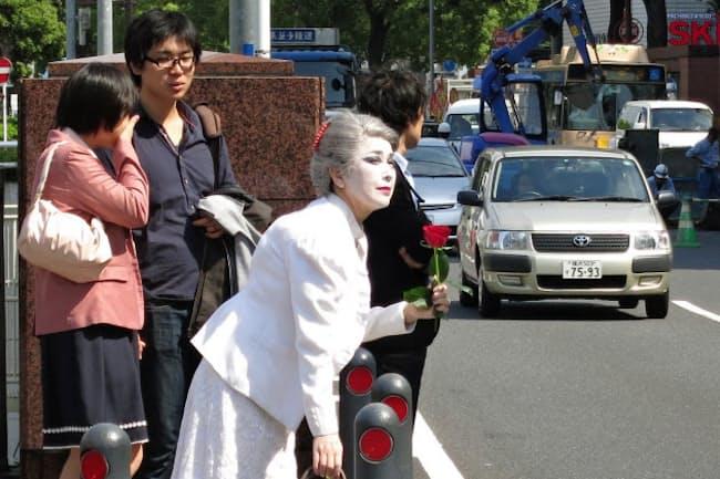 2013年5月に横浜市の馬車道商店街から伊勢佐木商店街へと白塗りの姿でメリーさんの足跡をたどった。