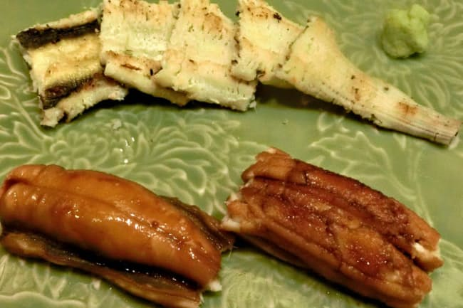 東京・銀座の寿司幸本店の煮アナゴの握りと白焼き。握りは伝統のタレをつけて食べる