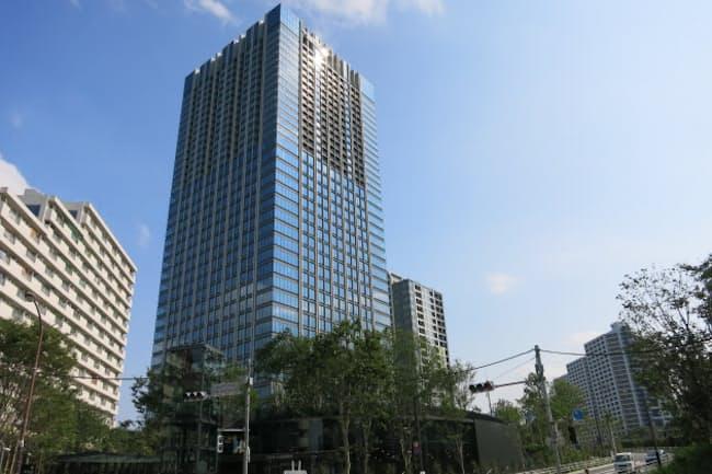 高層部に高級賃貸マンションが入る3月竣工の「新宿ガーデン」(東京・新宿)