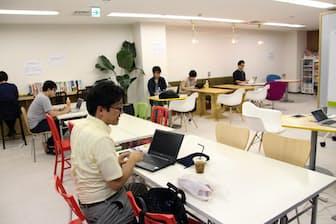 コードキャンプの「プログラミング道場」に通う仕事帰りの社会人ら(東京都新宿区)