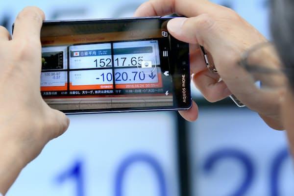 英EU離脱が決まり円高と株安が加速した(6月24日午後、東京都中央区)