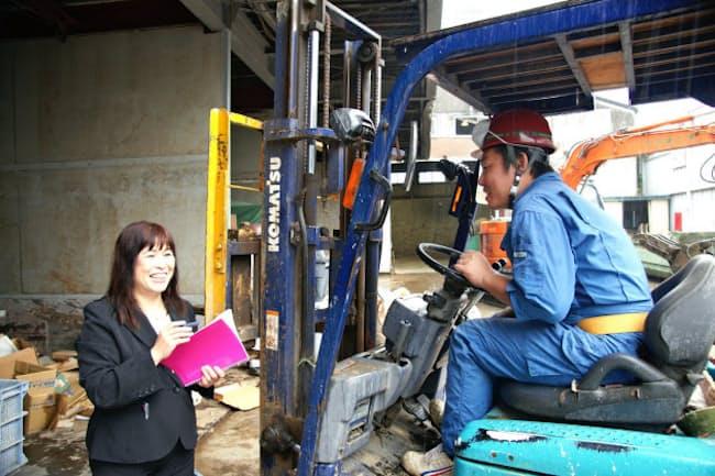 建設廃材の引き取りで打ち合わせをする丸忠建工の藤村千秋さん(写真左、横浜市)