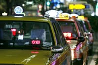 JR東京駅前に並ぶタクシー(東京・八重洲)