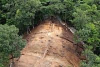 弥生時代最末期の首長の骨が見つかった仙谷8号墓。中央部分に白い石がかたまっている部分が石棺(鳥取県立むきばんだ史跡公園提供)
