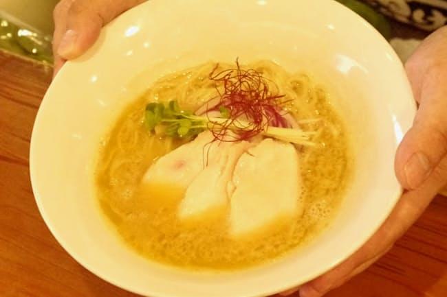 スープは地元の「三大鶏」でだしを取る(福島県二本松市の「麺処 若武者」)
