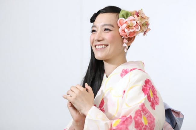 しのはら・ともえ 1979年東京都出身。95年にデビュー。個性的な服装をまねる「シノラー」が人気に。30日から開く「宇宙と芸術展:かぐや姫、ダ・ヴィンチ、チームラボ」の音声ガイドを務める。