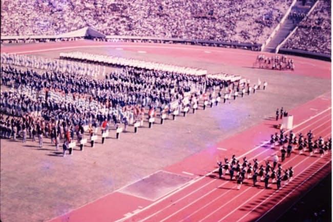 国立霞ヶ丘競技場における第3回アジア競技大会の開会式。聖火台の位置(写真右上)は、東京オリンピック以降とは異なる(写真:奥アンツーカ提供)