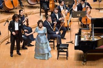2016年4月30日、ミューザ川崎コンサートホールで聴衆の歓声にこたえる中村紘子さん(中央)撮影=青柳聡(提供=東京交響楽団)