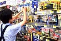 ホームセンターにはさまざまな防犯グッズが売られている(東京都江戸川区の島忠ホームズ葛西店)