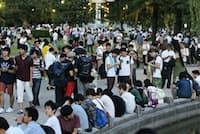 鶴舞公園で「ポケモンGO」を楽しむ人たち(29日夕、名古屋市昭和区)