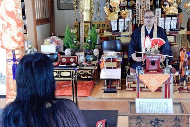 法要で講話をする純空さん(大阪市の泰聖寺)