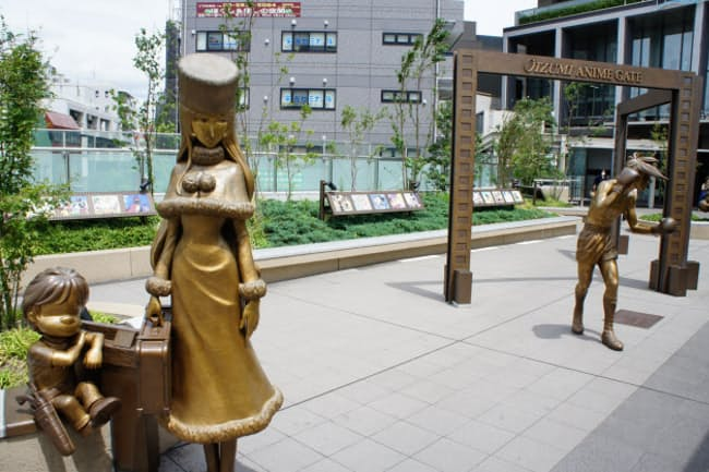 東京・大泉学園駅前には練馬区ゆかりのアニメキャラの等身大像が並ぶ
