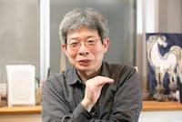 1962年東京都生まれ。国際基督教大学在学中に劇団「青年団」を結成。戯曲と演出を担当。現在、東京藝術大学COI研究推進機構特任教授、大阪大学コミュニケーションデザイン・センター客員教授。戯曲の代表作に「東京ノート」「その河をこえて、五月」など。(写真:品田裕美)