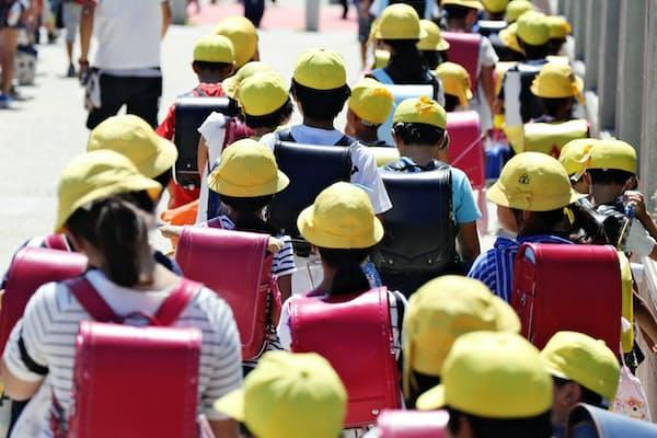 集団下校する市が洞小学校の児童(7月19日、愛知県長久手市)