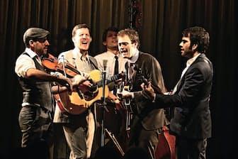 弦楽器オンリーの編成バンドでロックもジャズも自在に演奏し、表現の幅の広さを見せつけた。メンバーは左からフィドルのゲイブ・ウィッチャー、ギターのクリス・エルドリッジ、ベースのポール・コート、マンドリンとボーカルのクリス・シーリー、バンジョーのノーム・ピクルニー(写真、古賀恒雄)