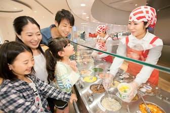 入館料は大人500円、高校生以下無料。「マイカップヌードルファクトリー」(1食300円)をはじめ参加型のアトラクションが人気。