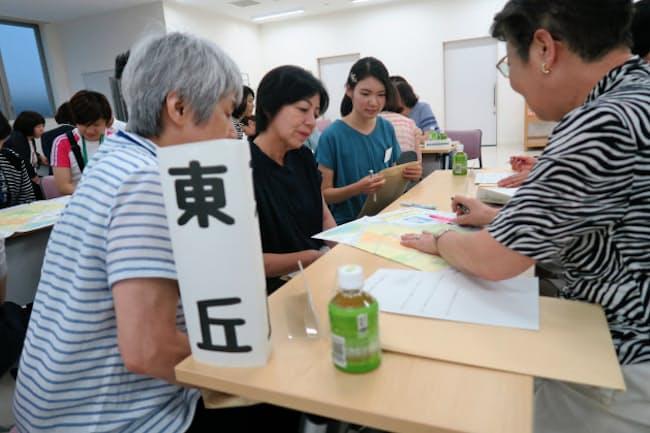 民生委員のインターンシップでは大学生が福祉関連の会議に参加(12日、大阪府豊中市)