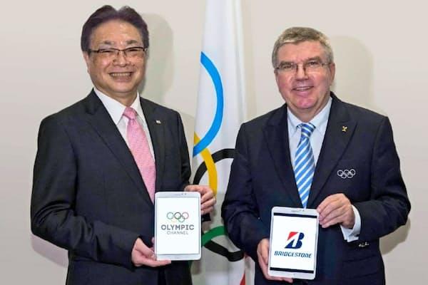 ブリヂストンの津谷正明最高経営責任者(CEO・左)と国際オリンピック委員会(IOC)のバッハ会長(右)