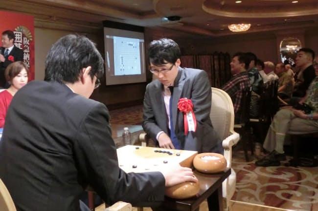 七冠独占の井山王座は囲碁まつりで公開対局した(15日、東京・新橋)