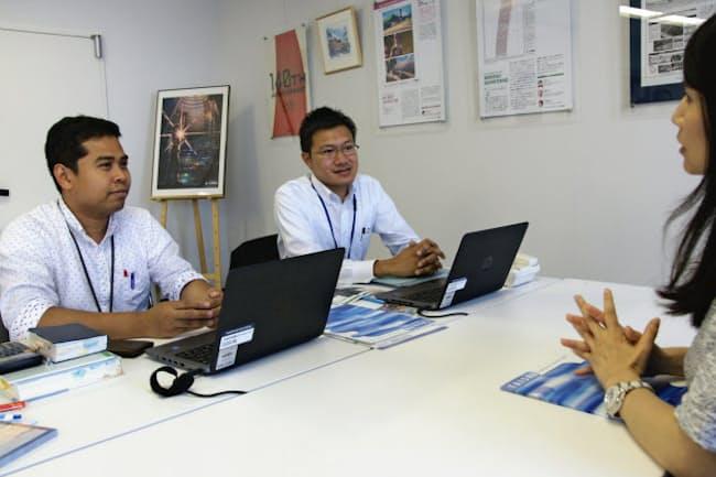 折衷型の働き方をする大成建設のルクマンさん(左)(東京・新宿の大成建設本社)