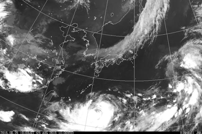 気象衛星「ひまわり」がとらえた台風10号(8月26日午後7時)