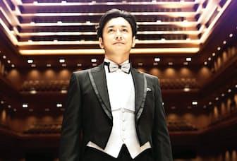 東京オペラシティコンサートホールで撮影した石丸幹二のアーテイスト写真。武満徹が初代音楽監督を務めるはずだったホールは、「タケミツ・メモリアル」と名付けられている(写真提供=ソニーミュージック)