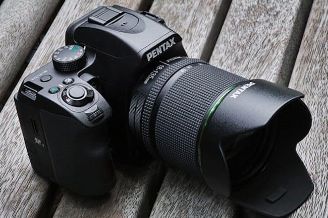 リコーイメージングが2016年7月22日に発売したデジタル一眼レフカメラ「K-70」。小型軽量の普及価格帯モデルながら、防じん防滴仕様のボディーを採用したのがポイント。実売価格は、ボディー単体モデルが7万2000円前後