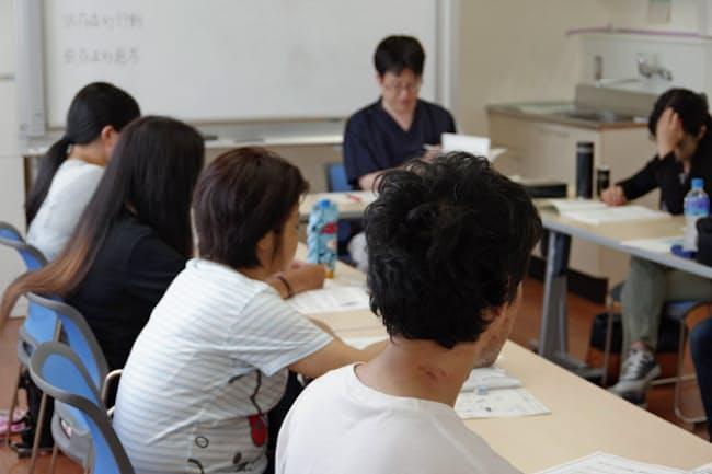 看護師の司会のもと、薬物依存症の患者が経験談を語り合う(横浜市の神奈川県立精神医療センター)
