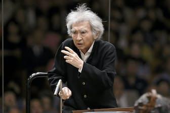 サイトウ・キネン・オーケストラを指揮する小澤征爾(2016年8月18日、キッセイ文化ホール。撮影=大窪道治、提供=セイジ・オザワ 松本フェスティバル )